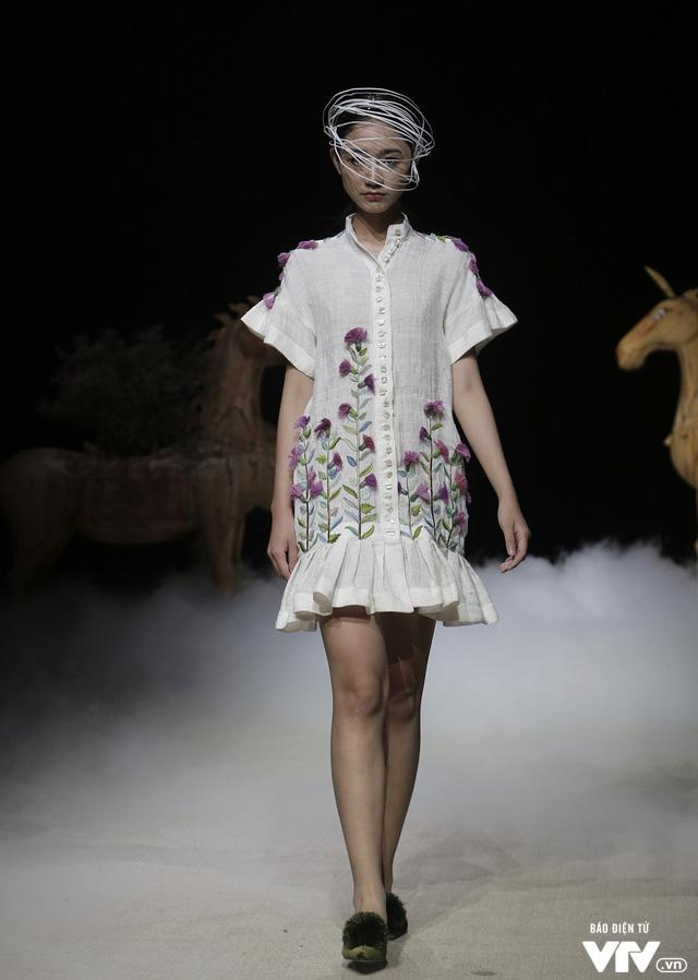 Tuần lễ thời trang Xuân Hè: Vẻ đẹp thiên nhiên hòa quyện trong từng thiết kế - Ảnh 16.