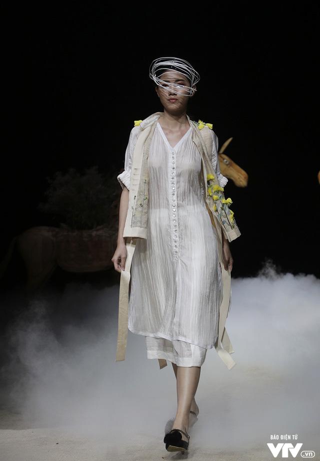 Tuần lễ thời trang Xuân Hè: Vẻ đẹp thiên nhiên hòa quyện trong từng thiết kế - Ảnh 15.