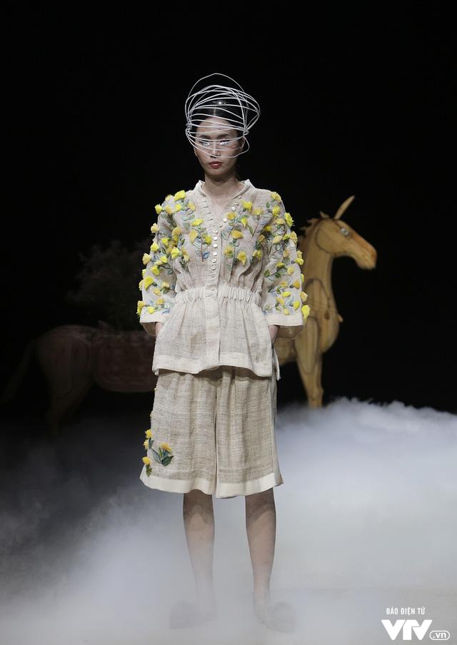 Tuần lễ thời trang Xuân Hè: Vẻ đẹp thiên nhiên hòa quyện trong từng thiết kế - Ảnh 14.