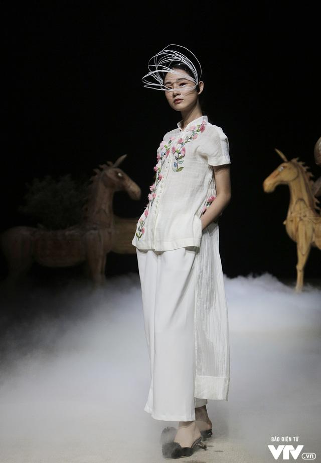 Tuần lễ thời trang Xuân Hè: Vẻ đẹp thiên nhiên hòa quyện trong từng thiết kế - Ảnh 13.