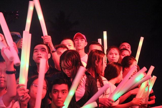 """Sơn Tùng M-TP """"đốt cháy"""" sân khấu Đà Nẵng mặc mưa tầm tã - Ảnh 2."""