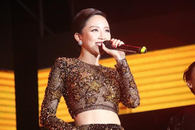 """Sơn Tùng M-TP """"đốt cháy"""" sân khấu Đà Nẵng mặc mưa tầm tã - Ảnh 3."""