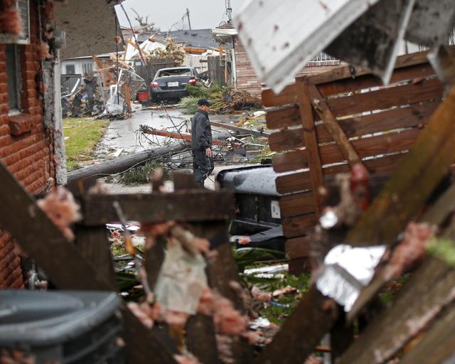Bão kèm lốc xoáy gây thiệt hại nặng tại Mỹ - Ảnh 3.