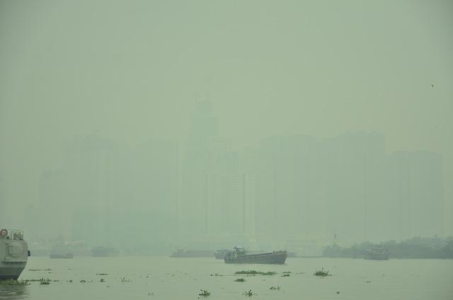 Sương mù dày đặc bao phủ TP.HCM - Ảnh 7.