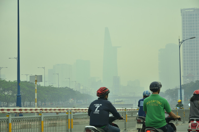 Sương mù dày đặc bao phủ TP.HCM - Ảnh 2.