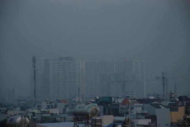 Sương mù dày đặc bao phủ TP.HCM - Ảnh 1.
