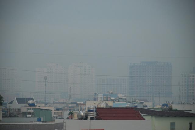 Sương mù dày đặc bao phủ TP.HCM - Ảnh 4.