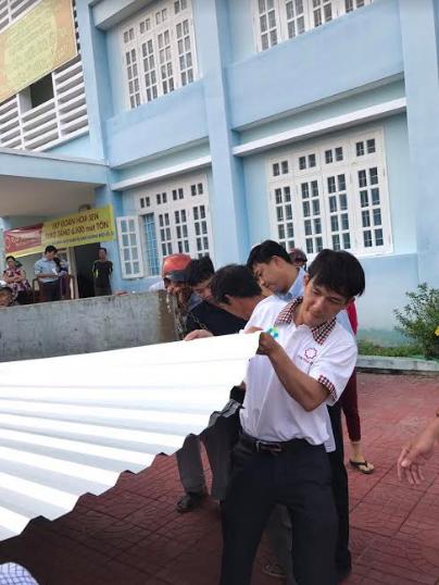 Tập đoàn Hoa Sen trao tặng 6.100m tôn cho người dân vùng bão - Ảnh 3.