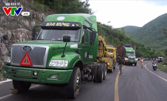 Bình Định: Tai nạn giữa xe container và ô tô, 1 người tử vong tại chỗ - Ảnh 1.