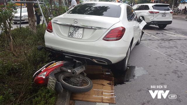 """Xe """"điên"""" gây tai nạn liên hoàn trên phố Xã Đàn - ảnh 1"""