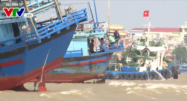 Phú Yên: Tàu cá mắc cạn, 1 ngư dân mất tích - Ảnh 1.