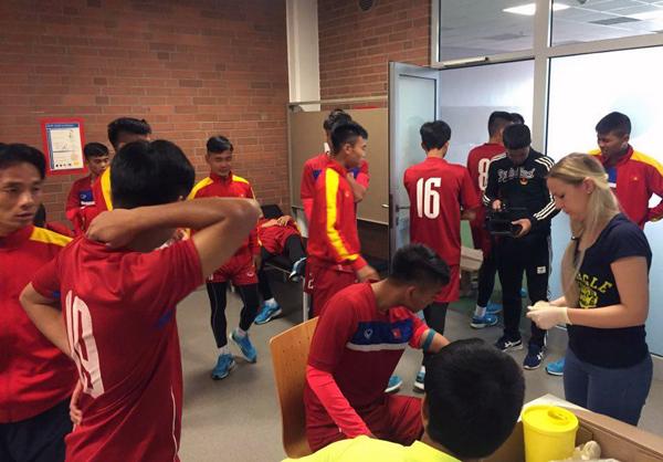 Ảnh: Tuyển thủ U20 Việt Nam hoàn thành bài kiểm tra y tế tại Düsseldorf - Ảnh 3.