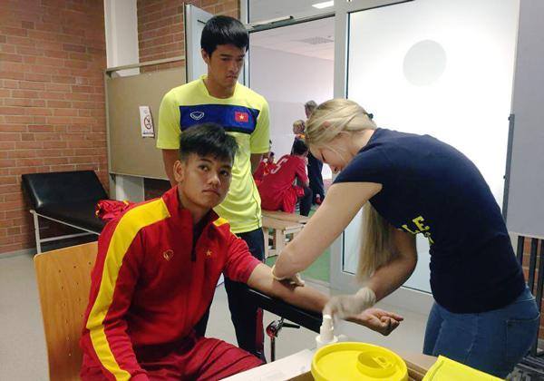 Ảnh: Tuyển thủ U20 Việt Nam hoàn thành bài kiểm tra y tế tại Düsseldorf - Ảnh 1.