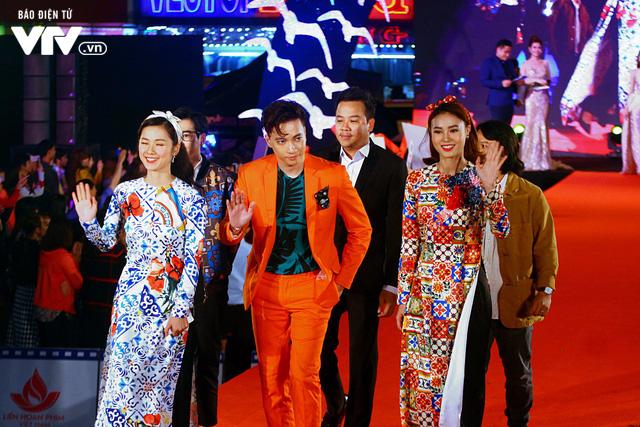 Dàn sao Việt đội mưa tới thảm đỏ Liên hoan phim Việt Nam lần thứ 20 - Ảnh 3.
