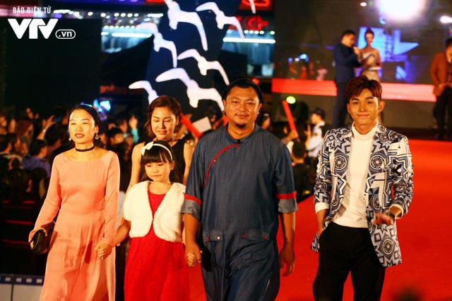 Dàn sao Việt đội mưa tới thảm đỏ Liên hoan phim Việt Nam lần thứ 20 - Ảnh 8.