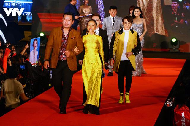 Dàn sao Việt đội mưa tới thảm đỏ Liên hoan phim Việt Nam lần thứ 20 - Ảnh 6.