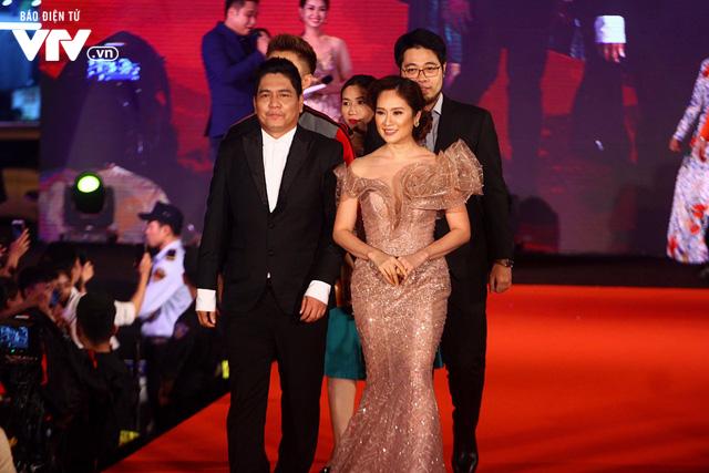 Dàn sao Việt đội mưa tới thảm đỏ Liên hoan phim Việt Nam lần thứ 20 - Ảnh 2.