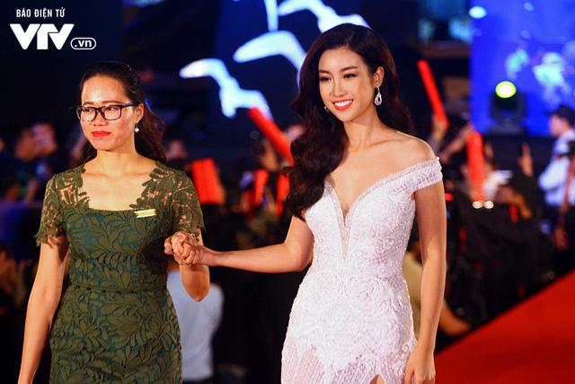 Dàn sao Việt đội mưa tới thảm đỏ Liên hoan phim Việt Nam lần thứ 20 - Ảnh 11.