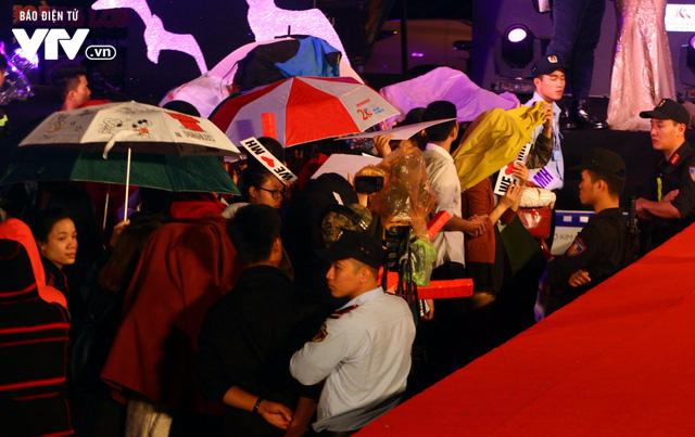 Dàn sao Việt đội mưa tới thảm đỏ Liên hoan phim Việt Nam lần thứ 20 - Ảnh 13.