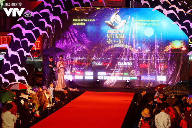 Dàn sao Việt đội mưa tới thảm đỏ Liên hoan phim Việt Nam lần thứ 20 - Ảnh 15.