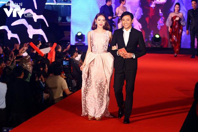 Nhận giải Nam diễn viên chính xuất sắc, Quý Bình liên tục cảm ơn Minh Hằng - Ảnh 1.