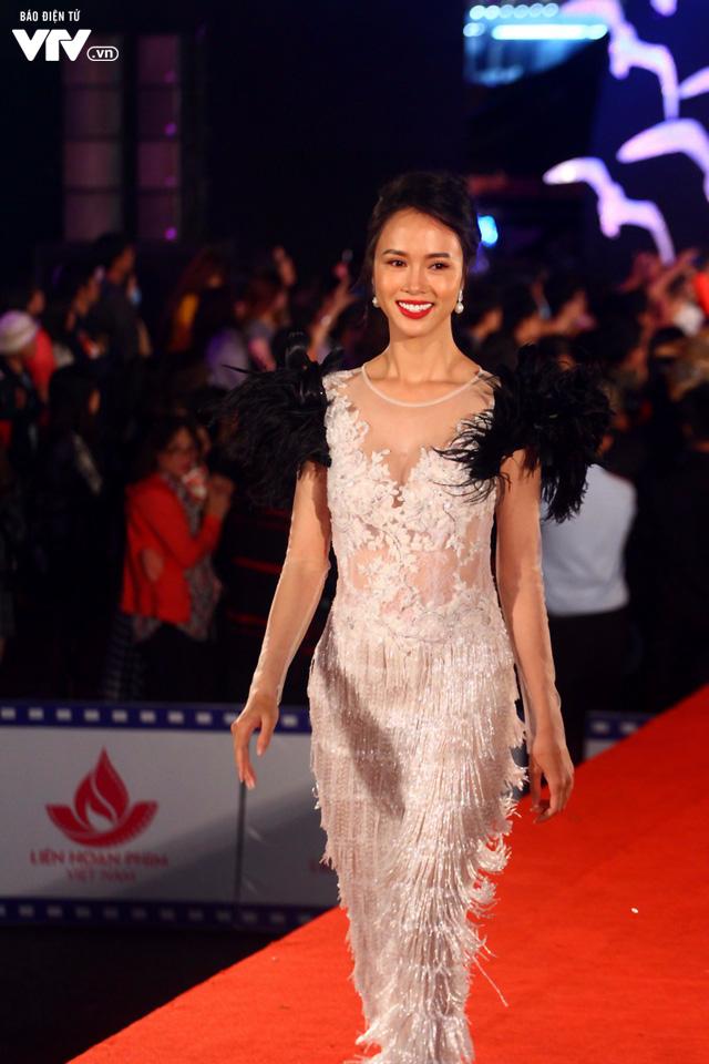 Dàn sao Việt đội mưa tới thảm đỏ Liên hoan phim Việt Nam lần thứ 20 - Ảnh 1.