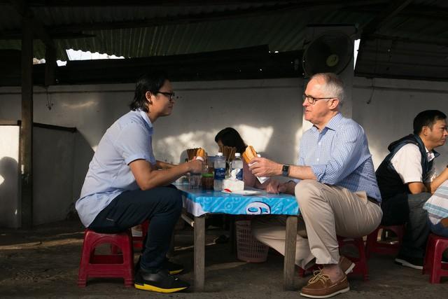 Thủ tướng Australia ngồi vỉa hè, thưởng thức bánh mỳ Đà Nẵng - Ảnh 2.