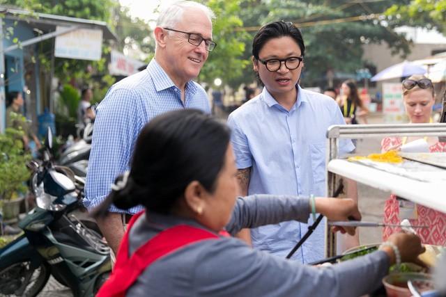 Thủ tướng Australia ngồi vỉa hè, thưởng thức bánh mỳ Đà Nẵng - Ảnh 1.