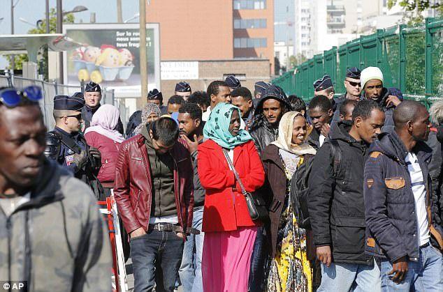Pháp giải tán một khu trại tị nạn gần Paris - Ảnh 2.