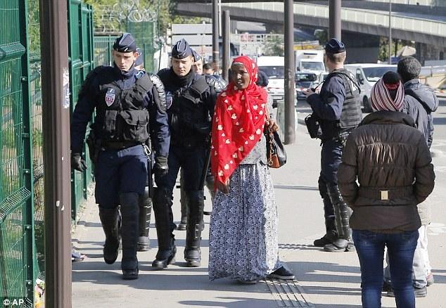 Pháp giải tán một khu trại tị nạn gần Paris - Ảnh 1.
