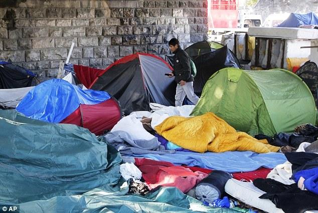 Pháp giải tán một khu trại tị nạn gần Paris - Ảnh 5.