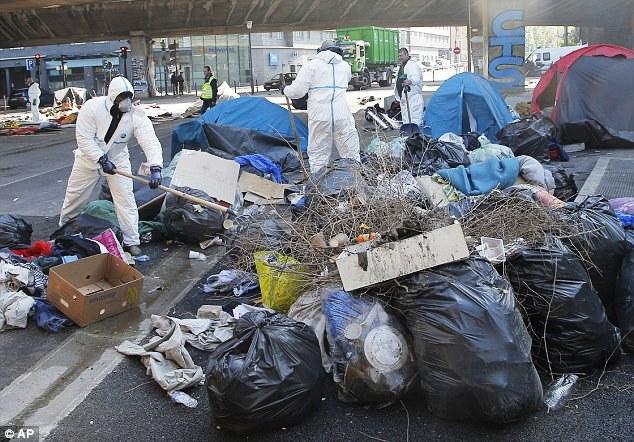 Pháp giải tán một khu trại tị nạn gần Paris - Ảnh 3.