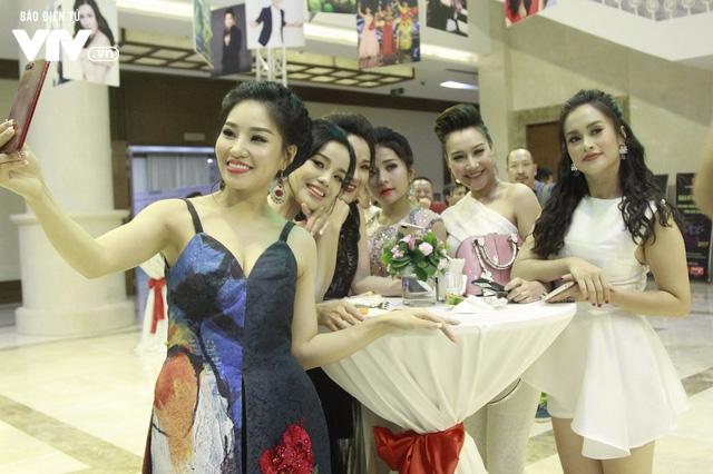 Dàn sao mai tay bắt mặt mừng hội ngộ tại Gala 20 năm - Ảnh 13.