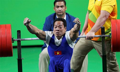 Tuấn Hưng xúc động trước tấm gương vượt khó của nhà vô địch Paralympic Lê Văn Công - Ảnh 1.