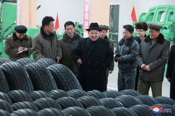 Nhà lãnh đạo Triều Tiên Kim Jong-un thăm nhà máy chế tạo lốp xe chở tên lửa - Ảnh 1.