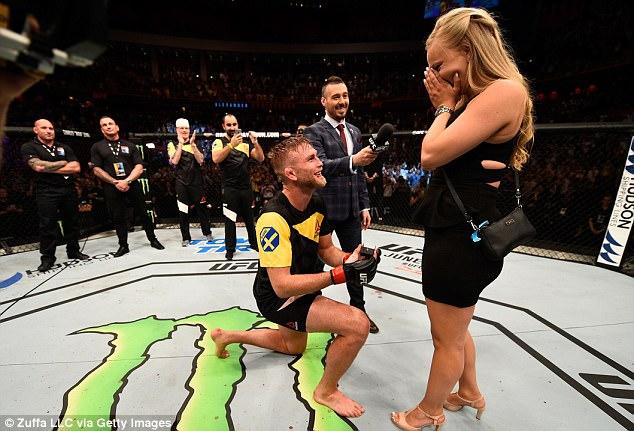 Hạ đo ván đối thủ rồi cầu hôn bạn gái ngay trên sàn đấu - Ảnh 3.