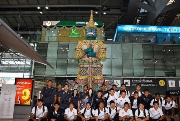Nữ trưởng đoàn U22 Thái Lan dẫn đội sang Malaysia - Ảnh 1.