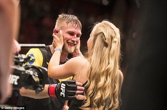Hạ đo ván đối thủ rồi cầu hôn bạn gái ngay trên sàn đấu - Ảnh 4.