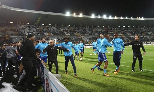 Tung cước vào mặt CĐV, Patrice Evra nhận ngay thẻ đỏ khi chưa ra sân - Ảnh 5.