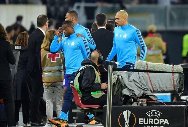 Tung cước vào mặt CĐV, Patrice Evra nhận ngay thẻ đỏ khi chưa ra sân - Ảnh 3.