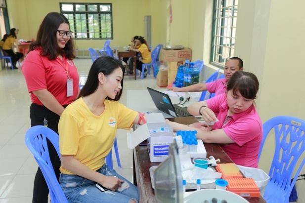 Á hậu Vân Quỳnh tận tâm bên các bệnh nhi tại Viện Huyết học - Truyền máu Trung ương - Ảnh 1.