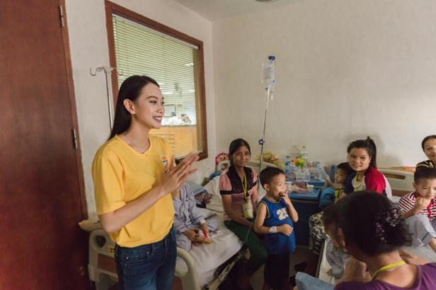 Á hậu Vân Quỳnh tận tâm bên các bệnh nhi tại Viện Huyết học - Truyền máu Trung ương - Ảnh 2.
