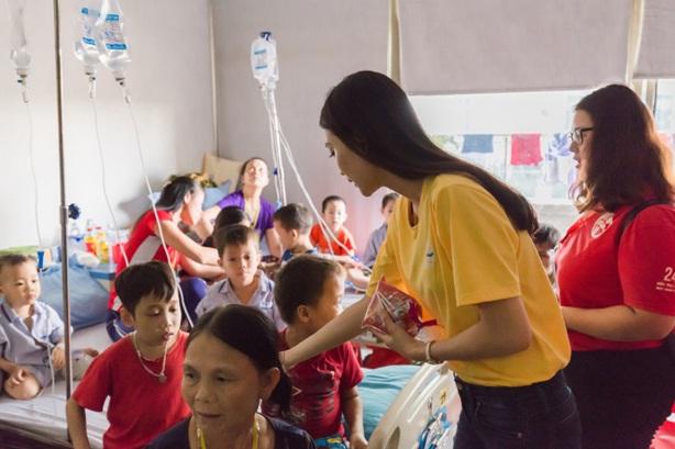Á hậu Vân Quỳnh tận tâm bên các bệnh nhi tại Viện Huyết học - Truyền máu Trung ương - Ảnh 3.