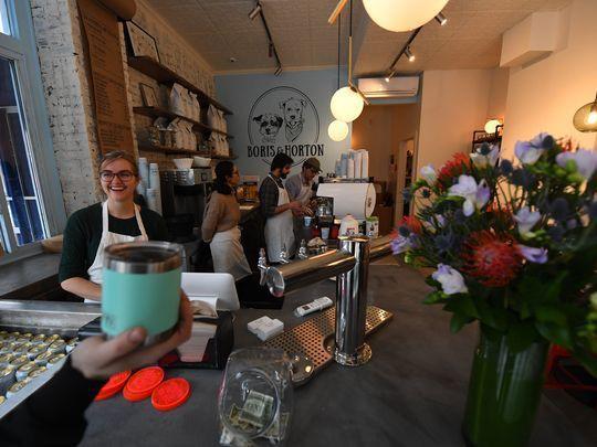 Quán cà phê dành cho cún cưng đầu tiên tại New York - Ảnh 1.