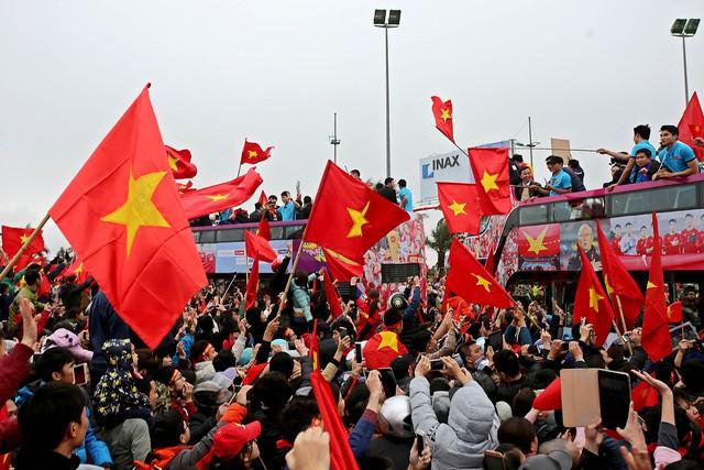 Các cầu thủ U23 Việt Nam tiếp tục được tặng thưởng - Ảnh 1.