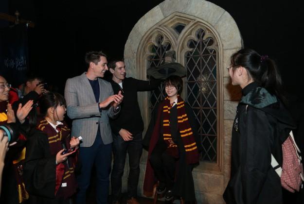 Du khách háo hức trải nghiệm tại triển lãm Harry Potter - Lịch sử của phép màu - Ảnh 3.