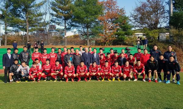 Đại sứ Việt Nam tại Hàn Quốc thăm và động viên ĐTQG tại Paju - Ảnh 1.