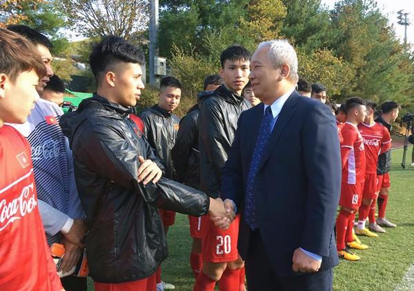 Đại sứ Việt Nam tại Hàn Quốc thăm và động viên ĐTQG tại Paju - Ảnh 2.