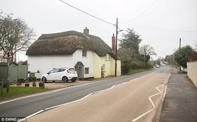 Kỳ lạ: Ngôi làng mỗi năm lại cao lên một ít - Ảnh 3.