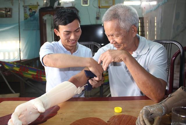 Sinh viên chế tạo tay robot giá rẻ cho người khuyết tật - Ảnh 1.